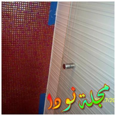 جدران بيضاء وحوض حاوية وأسطح خشبية وباب دش مفصلي