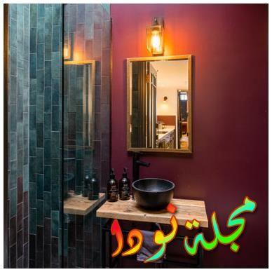 حمام عارم من البلاط متنوع الألوان وبلاط زجاجي