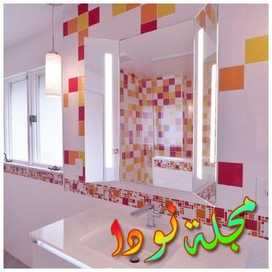 خزائن بيضاء ومرحاض من قطعتين وجدران بيج