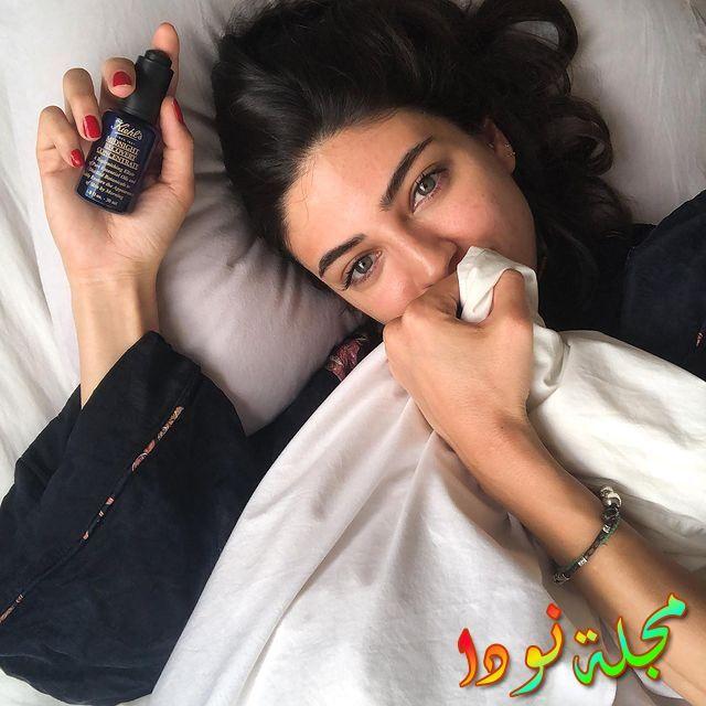 ممثلة شابة ذات جمال وبشرة سمرا